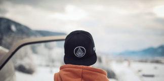Modna czapka dla kobiety