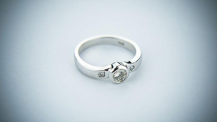 Dlaczego warto postawić na pierścionek zaręczynowy z białego złota